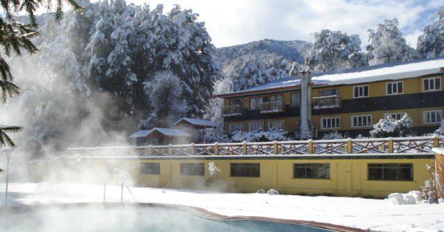 Piscinas-termales-con-nieve-640x335